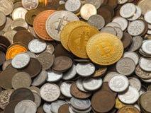 Bitcoin monety na wielkiej stercie monety Fotografia Stock