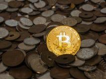 Bitcoin monety na wielkiej stercie monety Obrazy Stock