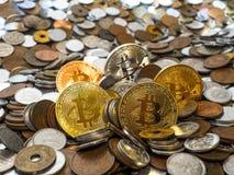 Bitcoin monety na wielkiej stercie monety Obrazy Royalty Free
