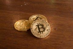 Bitcoin monety pozycja na brown stole zdjęcia stock