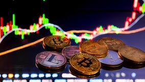 Bitcoin monety z globalną handel wymiany ceną rynkową sporządzają mapę w tle zbiory wideo