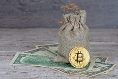 Bitcoin mynt över dollarsedlar, full jutesäck - rikt begrepp fotografering för bildbyråer