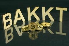 Bitcoin mynt framme av bakkttecknet som göras av trä med reflexionen på tabellen, Slovenien - December 27th arkivbilder