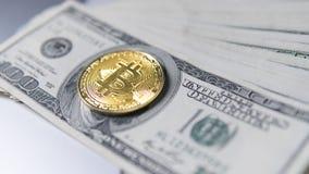 Bitcoin mynt med bärbara datorn och oss dollar Bitcoin guld- mynt på sedlar och bärbara datorn för en dollar Cryptocurrency Arkivbild