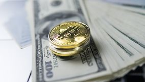 Bitcoin mynt med bärbara datorn och oss dollar Bitcoin guld- mynt på sedlar och bärbara datorn för en dollar Cryptocurrency Royaltyfria Foton