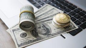 Bitcoin mynt med bärbara datorn och oss dollar Bitcoin guld- mynt på sedlar och bärbara datorn för en dollar Cryptocurrency Royaltyfri Foto