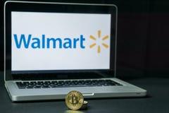 Bitcoin mynt med den Walmart logoen på en bärbar datorskärm, Slovenien - December 23., 2018 royaltyfri bild