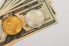 Bitcoin mynt med dollar Arkivbilder