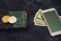 Bitcoin mynt med HDD Arkivfoton