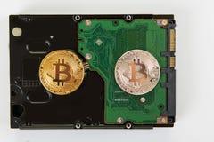 Bitcoin mynt med HDD Arkivfoto