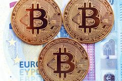 Bitcoin mynt på bakgrunden av 20 euroräkningar royaltyfri bild