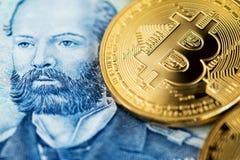 Bitcoin mynt på chilenskt sedelslut upp bild Bitcoin med sedeln för chilenska pesos royaltyfri foto