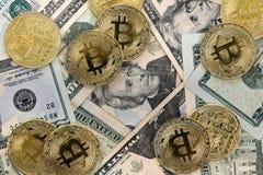 Bitcoin mynt på Förenta staterna USA tjugo dollarräkningar $20 Arkivfoton