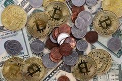 Bitcoin mynt på Förenta staterna USA tjugo dollarräkningar $20 och cent Arkivfoton