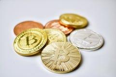 Bitcoin mynt på tabellen Arkivfoto