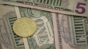 Bitcoin na Amerykańskich Dolarowych banknotach Krajowa waluta usa Cyfrowej waluta i Tradycyjny Gotówkowy pieniądze zdjęcie wideo