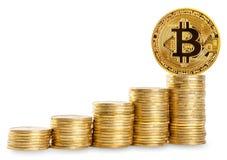 Bitcoin na górze большого столбца монеток Стоковые Фотографии RF
