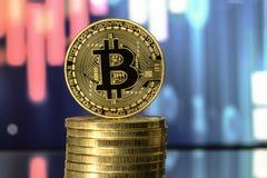 Bitcoin na górze стога денег, против расплывчатой предпосылки Bitcoin na górze стога денег, против расплывчатой предпосылки Стоковые Изображения