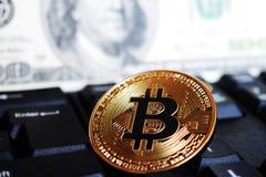 Bitcoin na komputerowej klawiaturze na tle dolar amerykański symbolu elektroniczny wirtualny pieniądze i pojęciu, obrazy stock