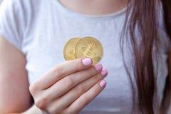 Bitcoin na mão da mulher imagem de stock