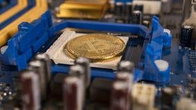 Bitcoin na płycie głównej Crypto waluta Złocisty Bitcoin kawałek moneta - BTC - Obrazy Stock