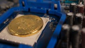Bitcoin na płycie głównej Crypto waluta Złocisty Bitcoin kawałek moneta - BTC - Fotografia Royalty Free