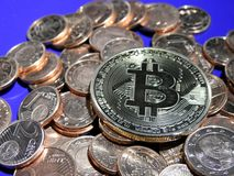 Bitcoin na pilha de centavos de Euro Fotos de Stock Royalty Free
