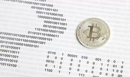 Bitcoin na tle binarny kod Fotografia Stock