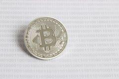 Bitcoin na tle binarny kod Zdjęcia Royalty Free