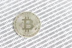 Bitcoin na tle binarny kod Zdjęcie Stock