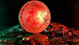 Bitcoin - naher hoher Schuss in einer modernen Computertechnologieumwelt Stockbilder