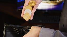 Bitcoin nas mãos de um homem de negócios vídeos de arquivo