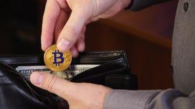 Bitcoin nas mãos de um homem de negócios video estoque