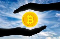 Bitcoin nelle mani dell'uomo Fotografia Stock Libera da Diritti