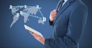Bitcoin-Netz auf Weltkarte mit dem Geschäftsmann, der Tablette hält Lizenzfreies Stockfoto