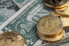 Bitcoin nieuwe virtuele geld en bankbiljetten van één dollar Uitwisseling bitcoin voor een dollar stock afbeeldingen