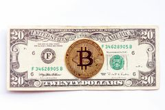 Bitcoin no fundo da nota de dólar vinte Cryptocurrency contra economia tradicional foto de stock