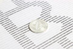 Bitcoin no fundo do código binário Imagens de Stock Royalty Free