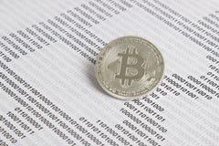 Bitcoin no fundo do código binário Foto de Stock