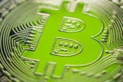 Bitcoin no fundo financeiro perfeito de luz verde Fotografia de Stock