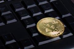 Bitcoin no teclado foto de stock