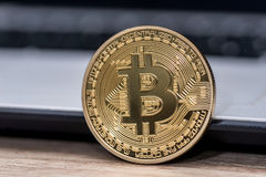 bitcoin no teclado branco do portátil Foto de Stock