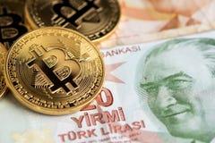 Bitcoin nya faktiska pengar på turkiska sedlar royaltyfria bilder
