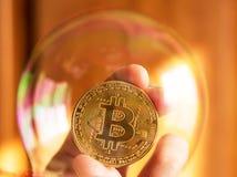 Bitcoin och bubblan som ett abstrakt symbol av riskerna av ett D arkivbilder