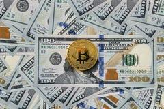 Bitcoin och dollar Arkivfoton