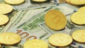 Bitcoin och dollar i hög lager videofilmer