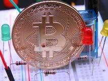 Bitcoin och elektroniska delar Royaltyfria Bilder