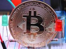 Bitcoin och elektroniska delar Arkivbild