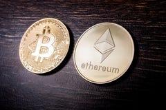 Bitcoin och Ethereum på en mörk träyttersida royaltyfri fotografi