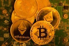 Bitcoin och Etherium på ett strömkretsbräde Royaltyfri Foto